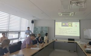 Paweł Huras prezentuje Dział Badań i Analiz CZIiTT PW podczas sesji Lightning talk w KNU